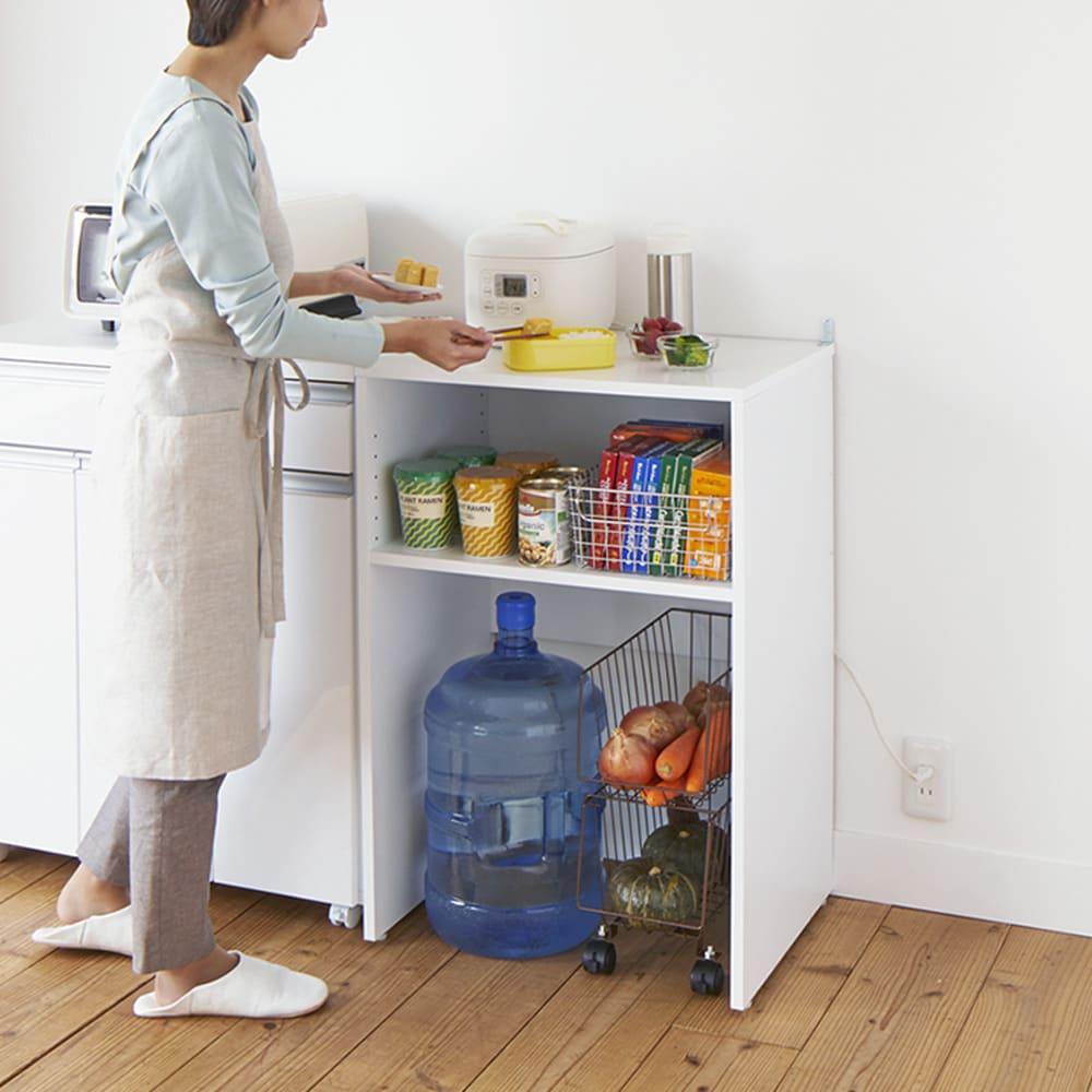 ゴミ箱上を有効活用!キッチンカウンター作業台 幅79cm・奥行34cm 使用イメージ カウンターと並べて、料理のサポート台にもなる高さです。 ※写真は幅59cm・奥行44cmタイプです。