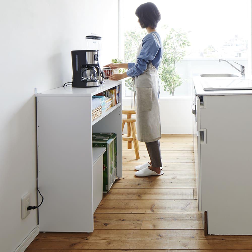ゴミ箱上を有効活用!キッチンカウンター作業台 幅59cm・奥行44cm 使用イメージ 狭い場所でも使いやすい奥行で、家事動線も確保します。 ※写真は幅79cm・奥行34cmタイプです。