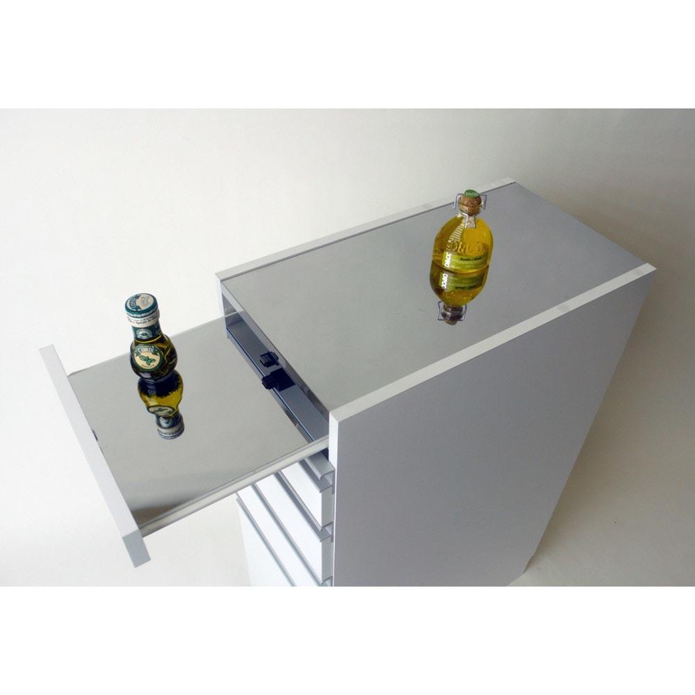 光沢仕上げダブルステンレス天板すき間収納庫 ロータイプ高さ85cm 幅25cm スライドテーブルは約25cm前方へ出ます。必要な時だけ引き出せるのもポイント。