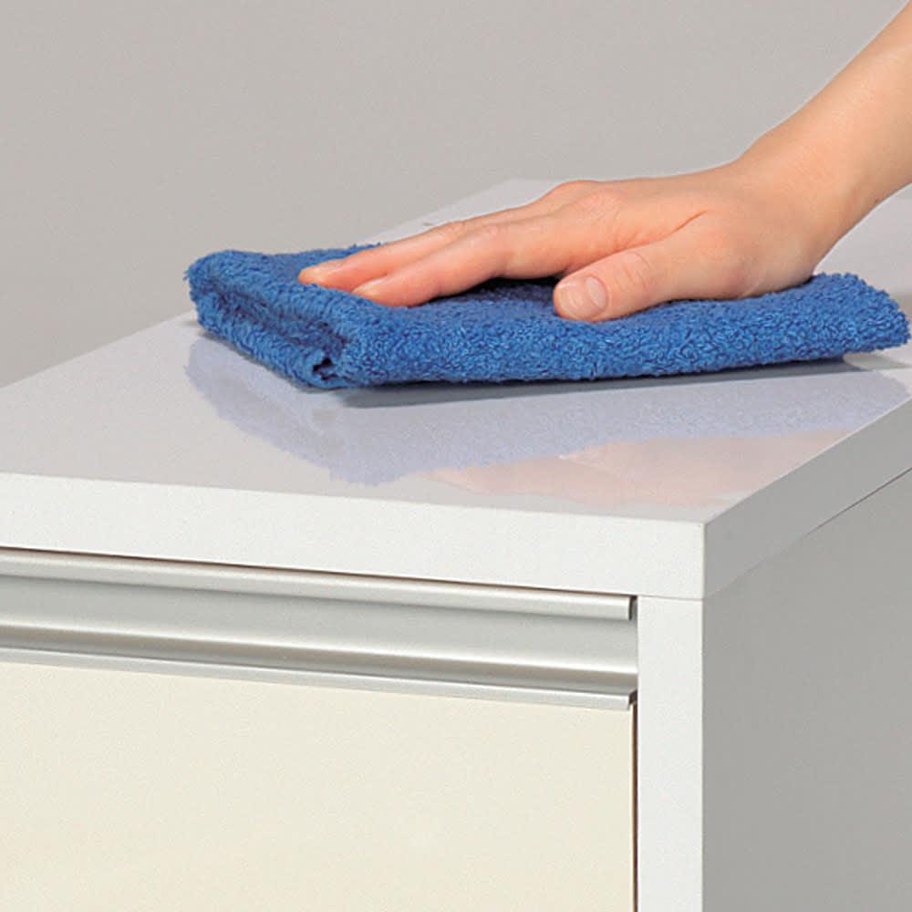 水ハネに強いポリエステル仕様!すき間収納 奥行55cm・幅15cm ロータイプ 前面・天板はお手入れがラクなポリエステル化粧合板光沢仕上げ。汚れやすいキッチンではサッと拭けてお手入れラクラク。