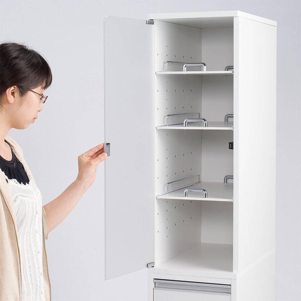上品な清潔感のあるアクリル扉のキッチンすき間収納 幅25cm・奥行55cm 左開き使用時