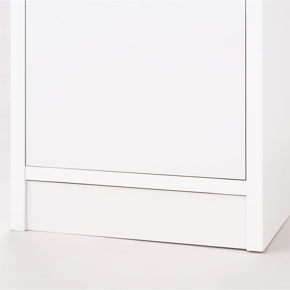 上品な清潔感のあるアクリル扉のキッチンすき間収納 幅25cm・奥行55cm 最下段の引出は、床からの高さを約8cmとっているので、 キッチンマットがあっても引出しの出し入れはスムーズ(^^)