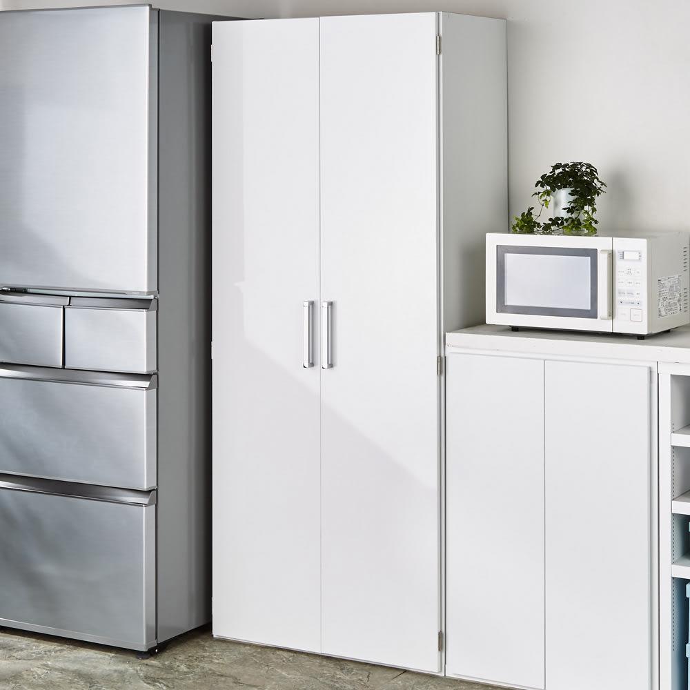 食器が探しやすく取り出しやすい食器棚 幅75cm コーディネート例(ア)ホワイト 扉を閉じればスッキリ。