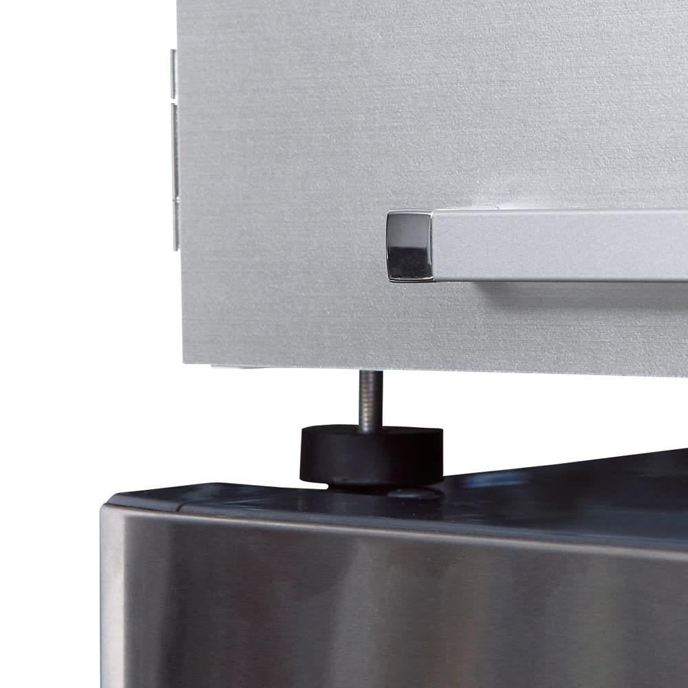 光沢仕上げ・冷蔵庫上ストッカー 幅57cm(脚部59cm) 冷蔵庫の放熱を考慮した脚部は、約2cm高さ調節できるアジャスター付き。