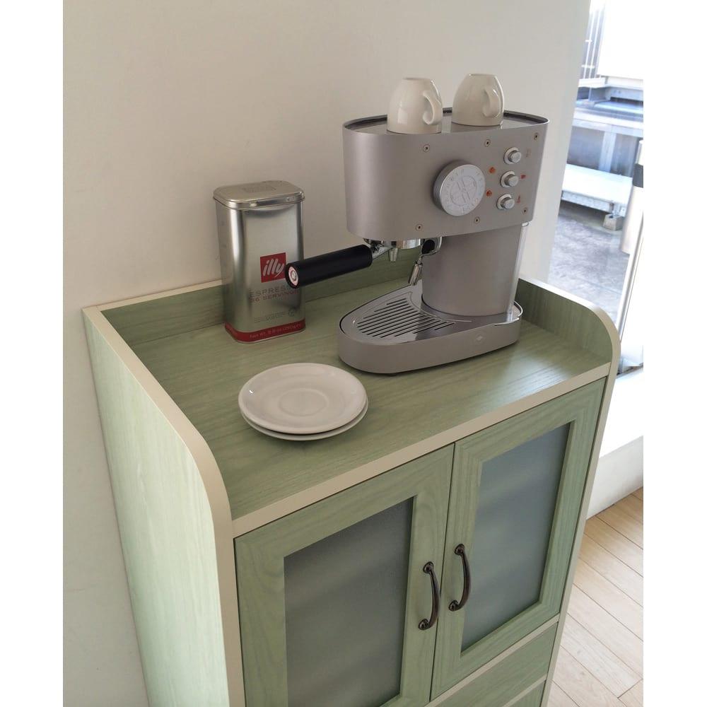 キッチン収納ミニ食器棚シリーズ キャビネット大(高さ120.5cm) 天板は物が落ちにくいコボレ止めがついているので、ちょっとした小物置き場にも。