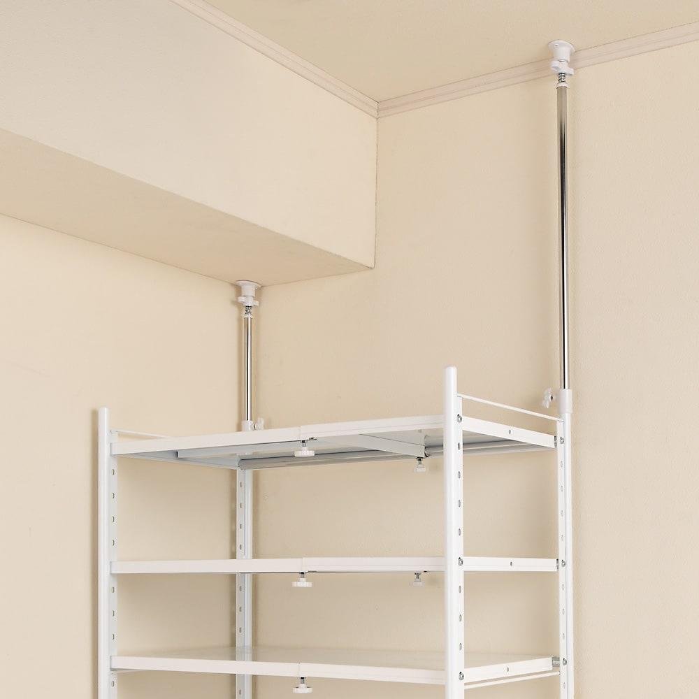 幅伸縮キッチンラック 突っ張り式・棚3段 幅47.5~70cm・高さ194~272cm 段差のある梁に設置した例。