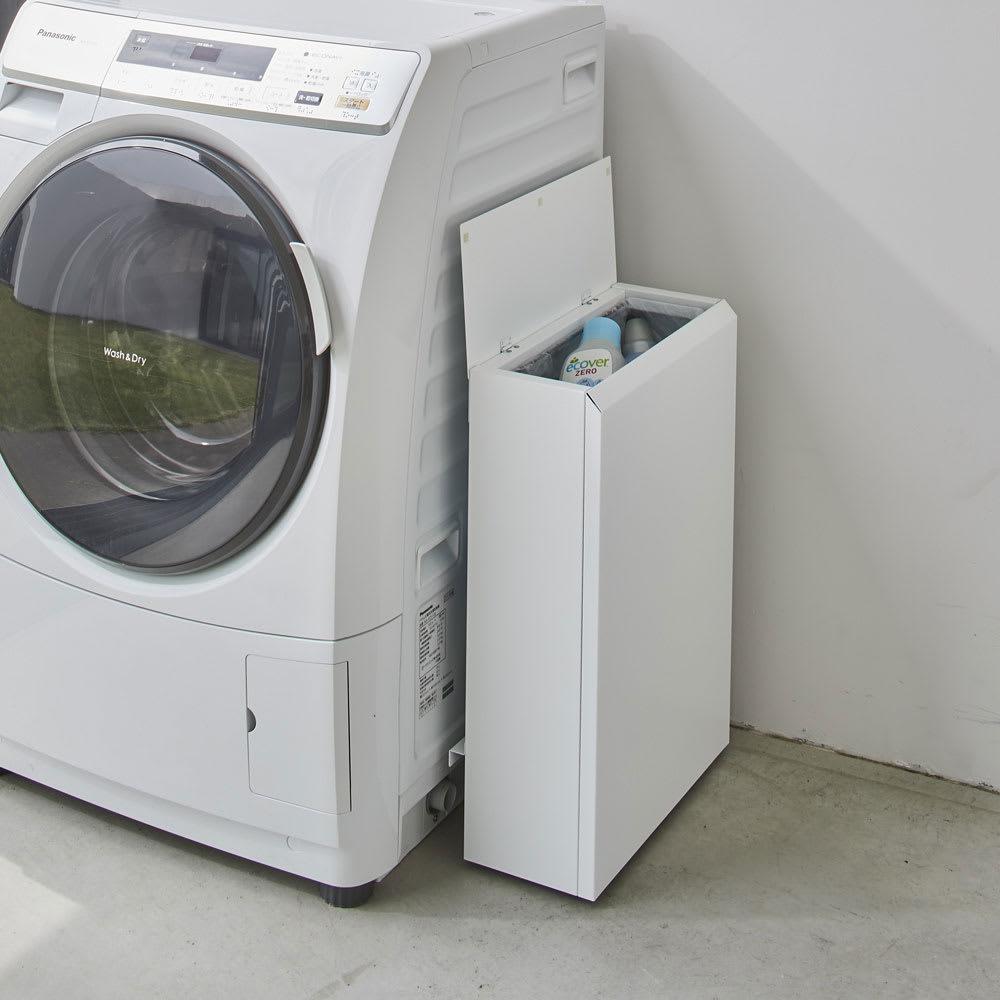 キッチン奥にも置ける 奥行スリムダストボックス 大 幅50cm・奥行18cm・高さ75.5cm 使用イメージ(イ)ホワイト ランドリーの洗濯機横など、キッチン以外の場所でも活躍。 ※写真は小タイプ幅38cm・奥行18cm・高さ56cmです。
