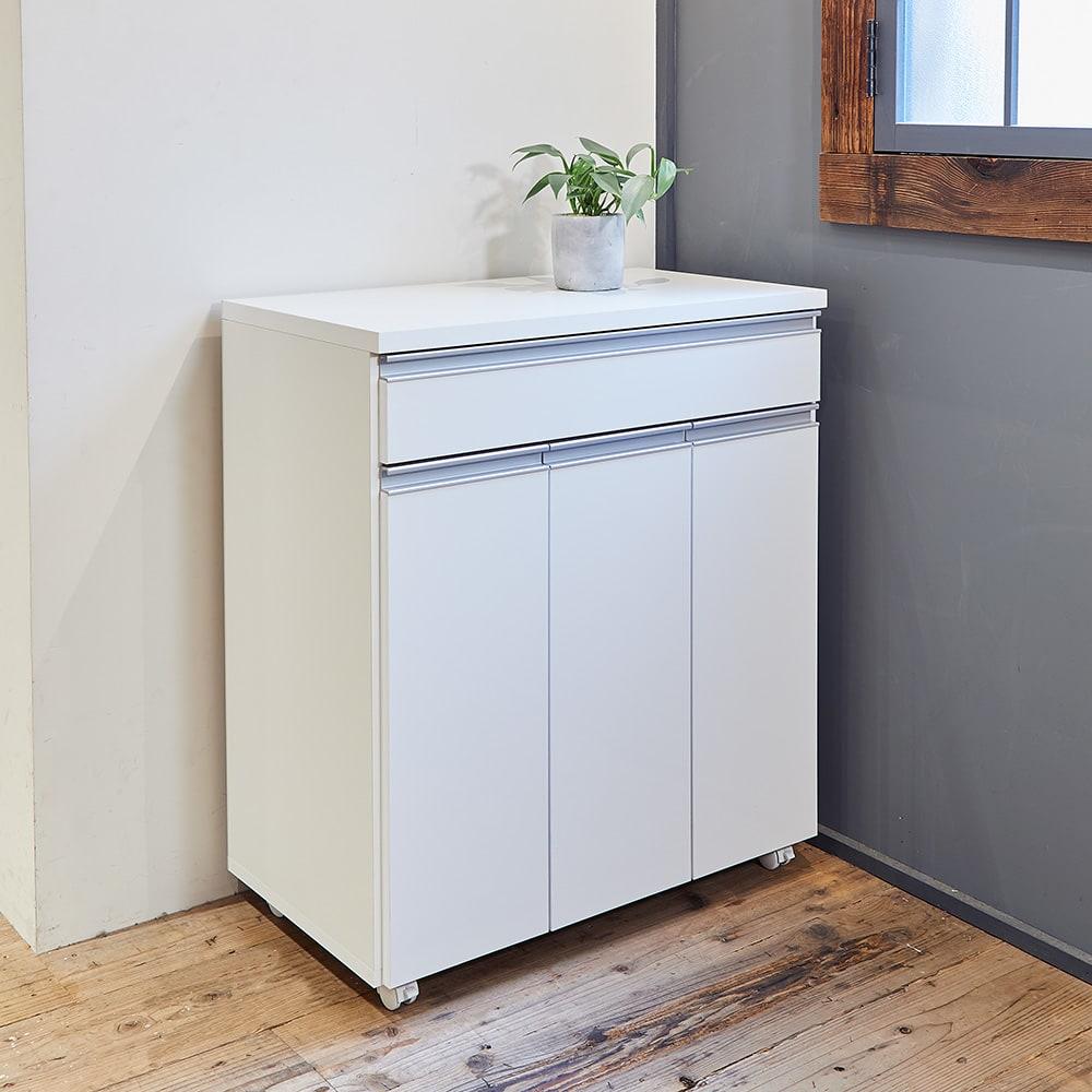 《3分別》ペールのふたが自動で開閉する 分別ダストワゴン 幅75cm (イ)ホワイト ゴミ箱に見えないシンプルなデザイン。お部屋のコーナーなどに置いても違和感がありません。