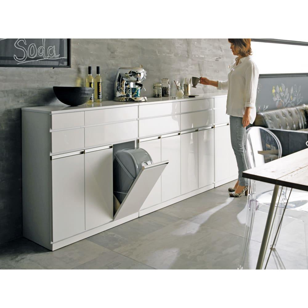 光沢仕上げ腰高カウンター収納シリーズ キッチン収納庫 幅82.5cm モデル身長:159cm ※こちらは他サイズの写真となります。