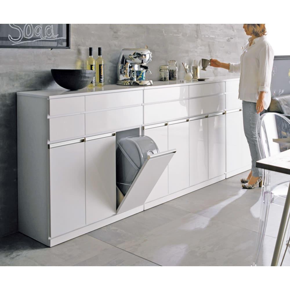 光沢仕上げ腰高カウンター収納シリーズ キッチン収納庫 幅109.5cm モデル身長:159cm ※お届けは収納庫幅109.5cmタイプです。