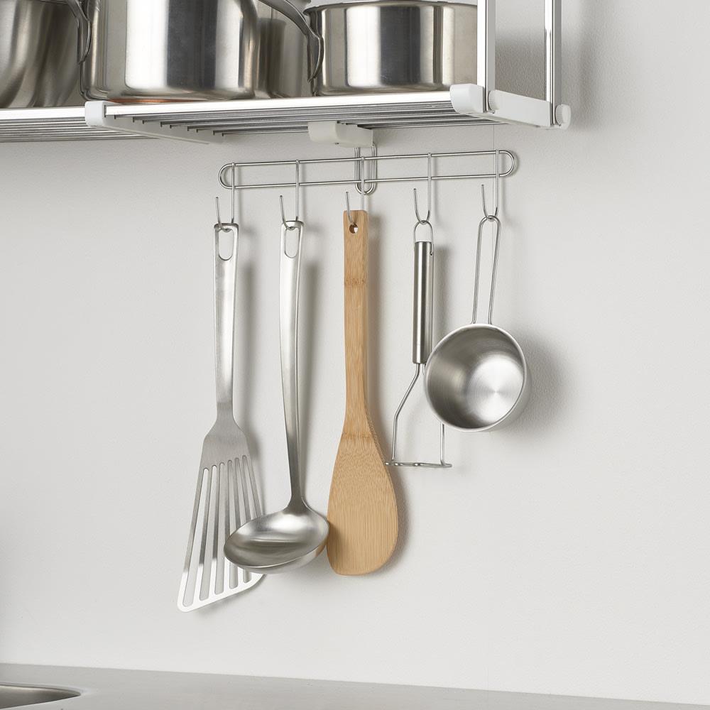 《1段タイプ》はさむだけで取り付けラクラク 幅伸縮キッチン戸棚下収納 付属品の5連フックはキッチンツールを掛けるのに便利で、棚板パイプに取り付け可能。