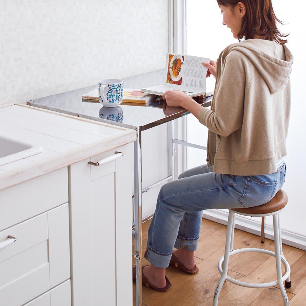 幅と高さが伸縮できるステンレス作業台 幅46~75cm 奥行30cm 【サブテーブルに】レシピの確認や下ごしらえも座ってラクに。