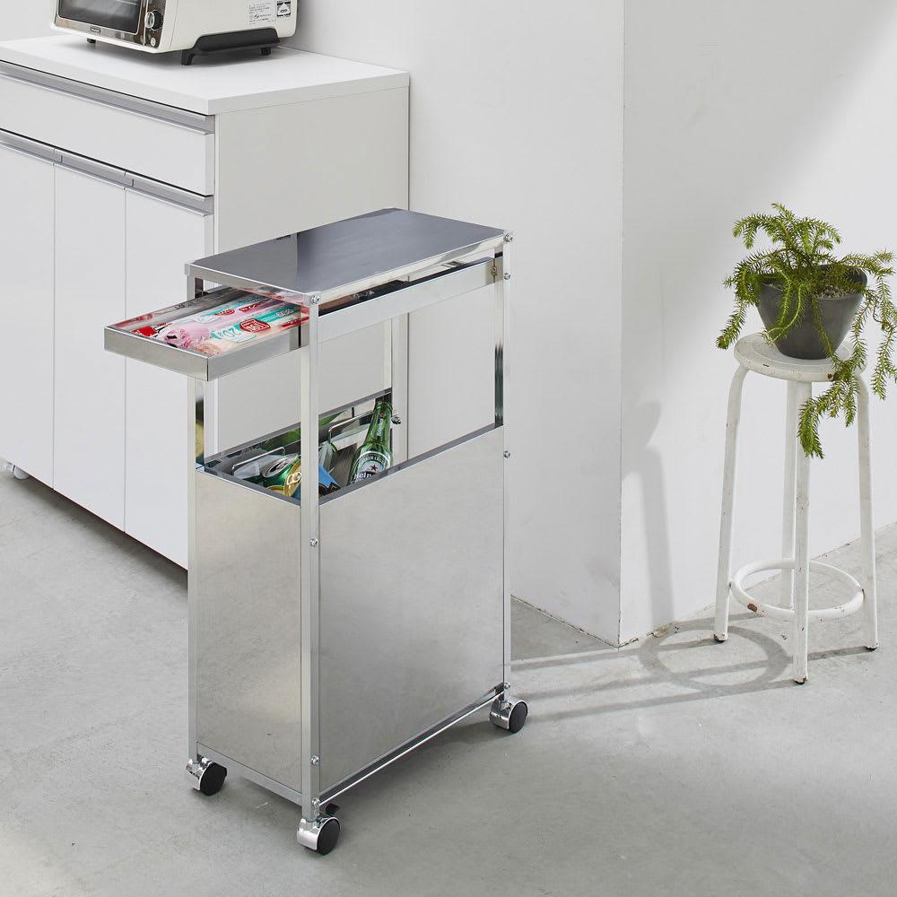 作業台下を有効活用 引き出し付きステンレスワゴン 収納棚ワゴン 幅25cm 使用イメージ キッチンに映える機能的なデザイン。 ※写真はダストワゴン幅25cmです。