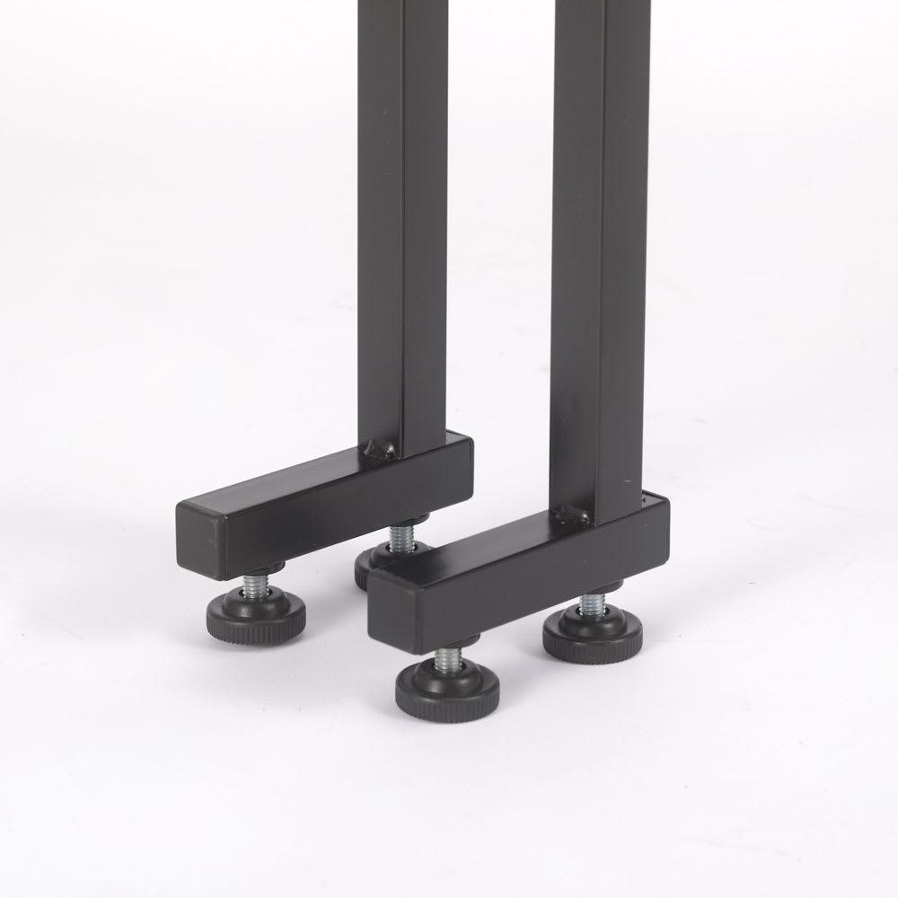 1本脚ですっきり置ける カフェ風スマートランドリーラック 棚2段バスケット2個 幅63cm・奥行41cm・高さ205~240cm 脚部はL字型で、前倒れを防止。アジャスター付きなので、床のガタツキも調整可能。