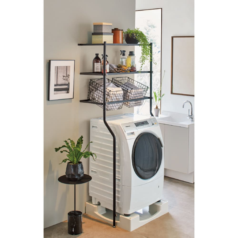 高さ調節可能 設置らくらく立て掛け式ランドリーラック 棚2段 使用イメージ(ア)ブラック 洗濯機回りがすっきり片付くシンプルなデザイン。 ※写真は棚2段バスケット2個タイプです。