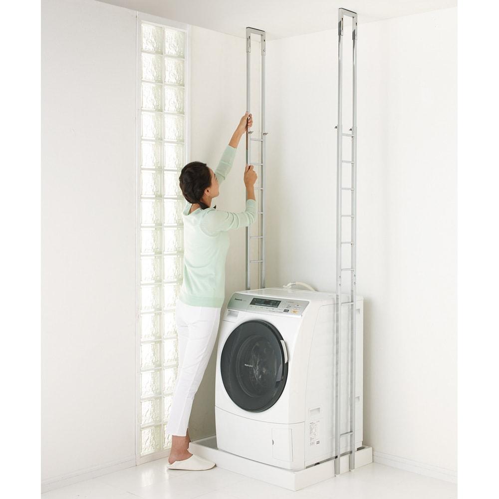 スタイリッシュランドリーラック 棚2段・バスケット2個 洗濯機そのまま簡単設置(1)洗濯機はそのままで、まず支柱2本を立てます。