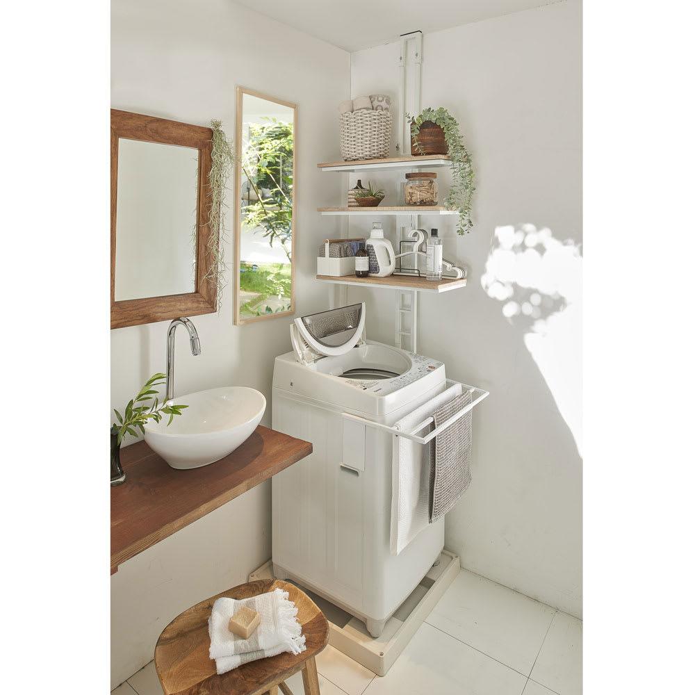 伸縮式バスタオルハンガー 使用イメージ(ア)ホワイト 外寸幅約39~68cm。内寸幅約37~65cm。約65cm以内の洗濯機に対応します。