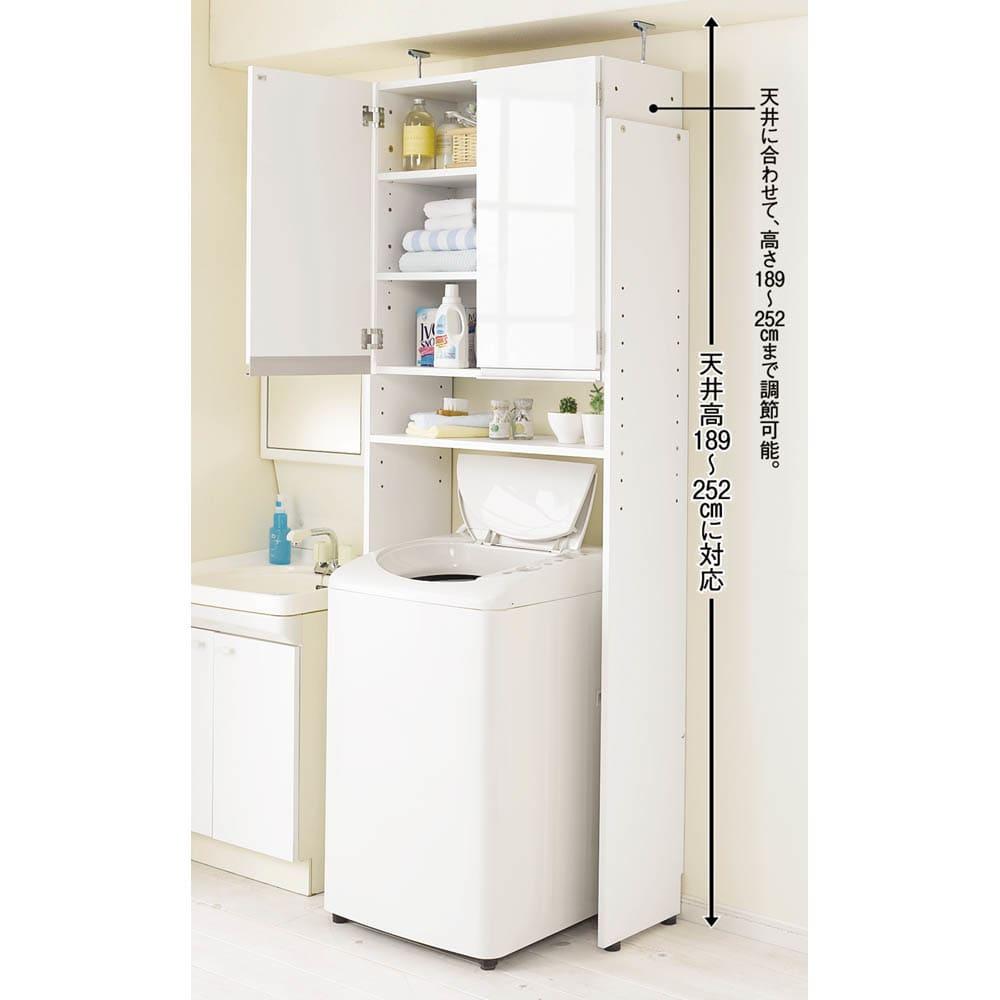美しい光沢扉ですっきり隠せる ランドリーラック 天井突っ張りタイプ 艶やかな光沢の扉の前面がサニタリースペースを上品に演出します。 光沢感の美しい前面は汚れに強い素材でお手入れ簡単です。 オープン部は棚を6cm間隔で設定してください。洗濯機の高さに合わせられます。