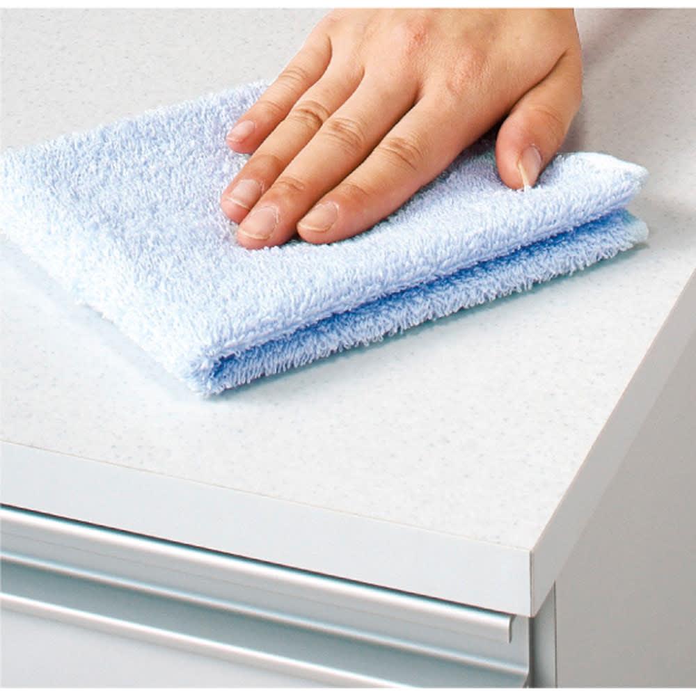 組立不要 収納物に優しい サニタリーすき間チェスト 幅45cm 天板は汚れに強くお手入れ簡単な人工大理石調のシートを使用しています。