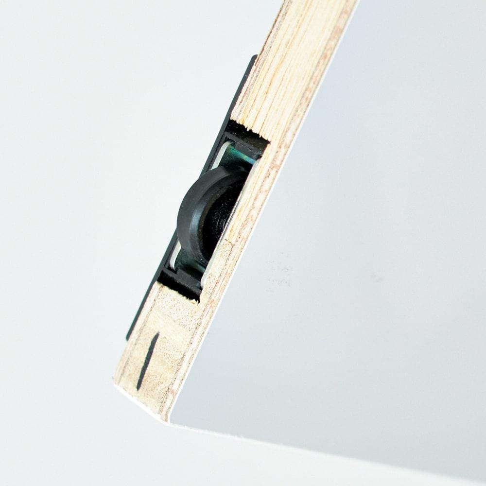 すっきり隠せる薄型引き戸収納庫 幅90cm 扉はレール式で開閉がスムーズ。