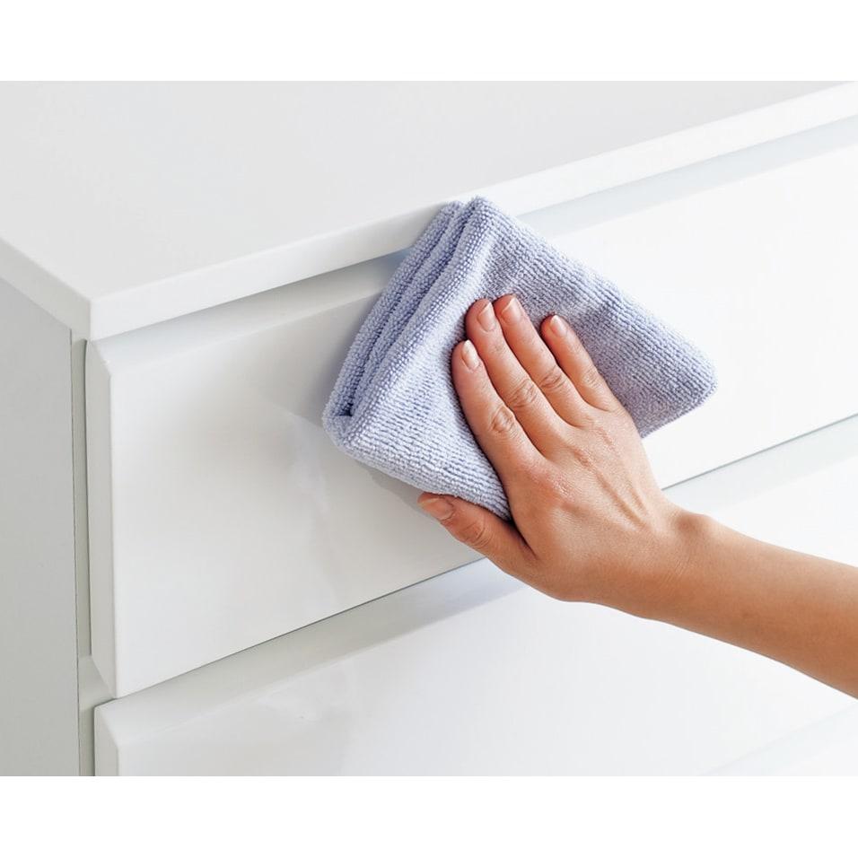 光沢仕上げ・内部化粧チェスト 幅75・奥行45cm 水ハネや汚れに強い光沢塗装仕上げでお手入れも簡単。サッと拭き取れます。