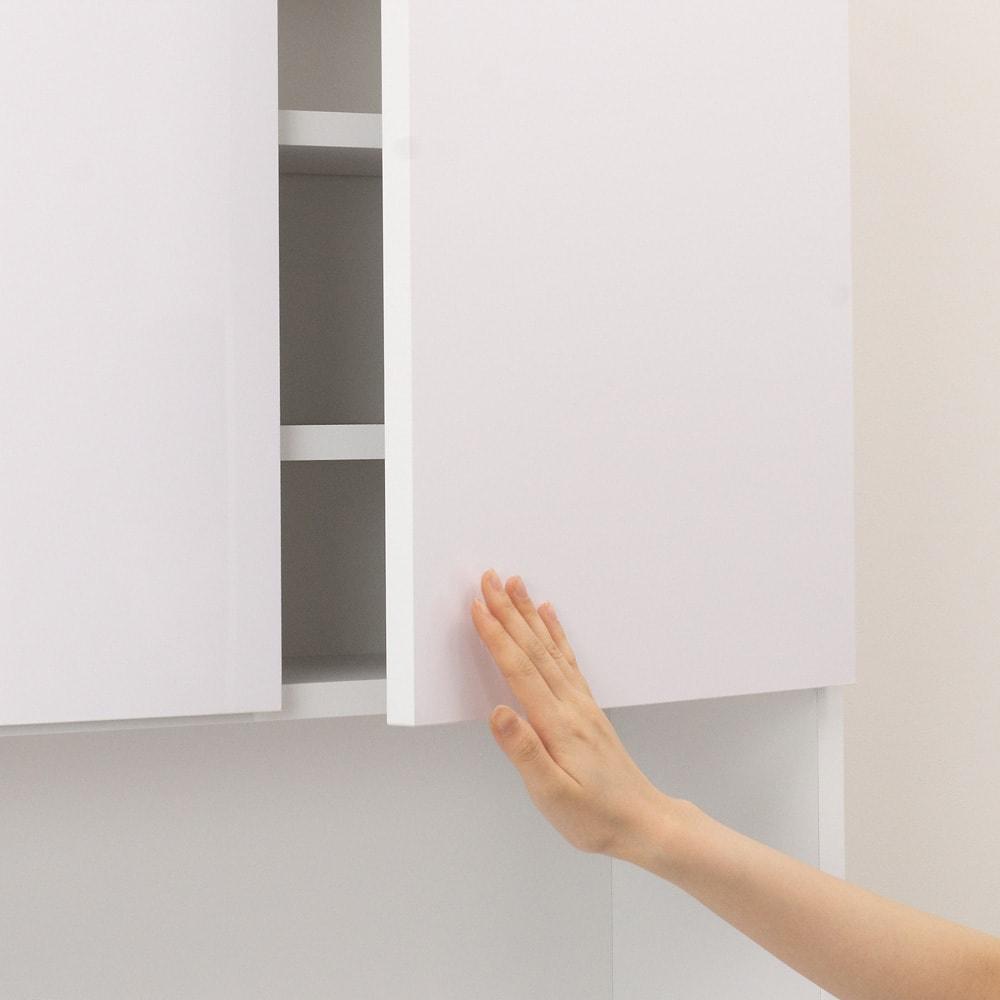 水回りでも安心の光沢洗面所チェスト 扉付きハイタイプ・幅44.5cm 扉は片手で押せば手前に開くプッシュ仕様です。