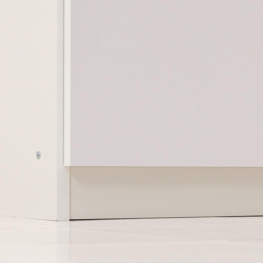水回りでも安心の光沢洗面所チェスト 扉付きハイタイプ・幅44.5cm 下には台輪が付いているのでマットを避けて引出しの開け閉めができます。
