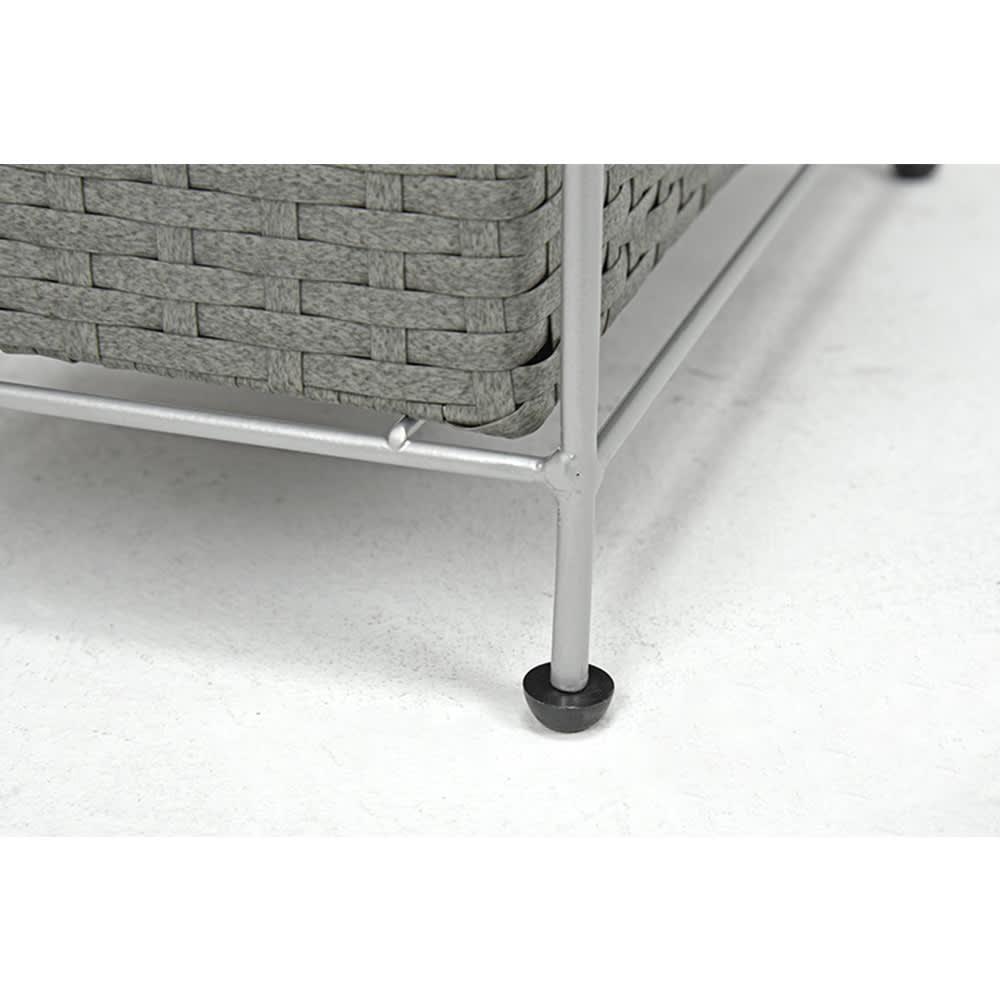 ラタン調ランドリーチェスト スリムすき間タイプ 幅20.5cm高さ95.5cm 脚部には、がたつきを調整できるアジャスター付き。