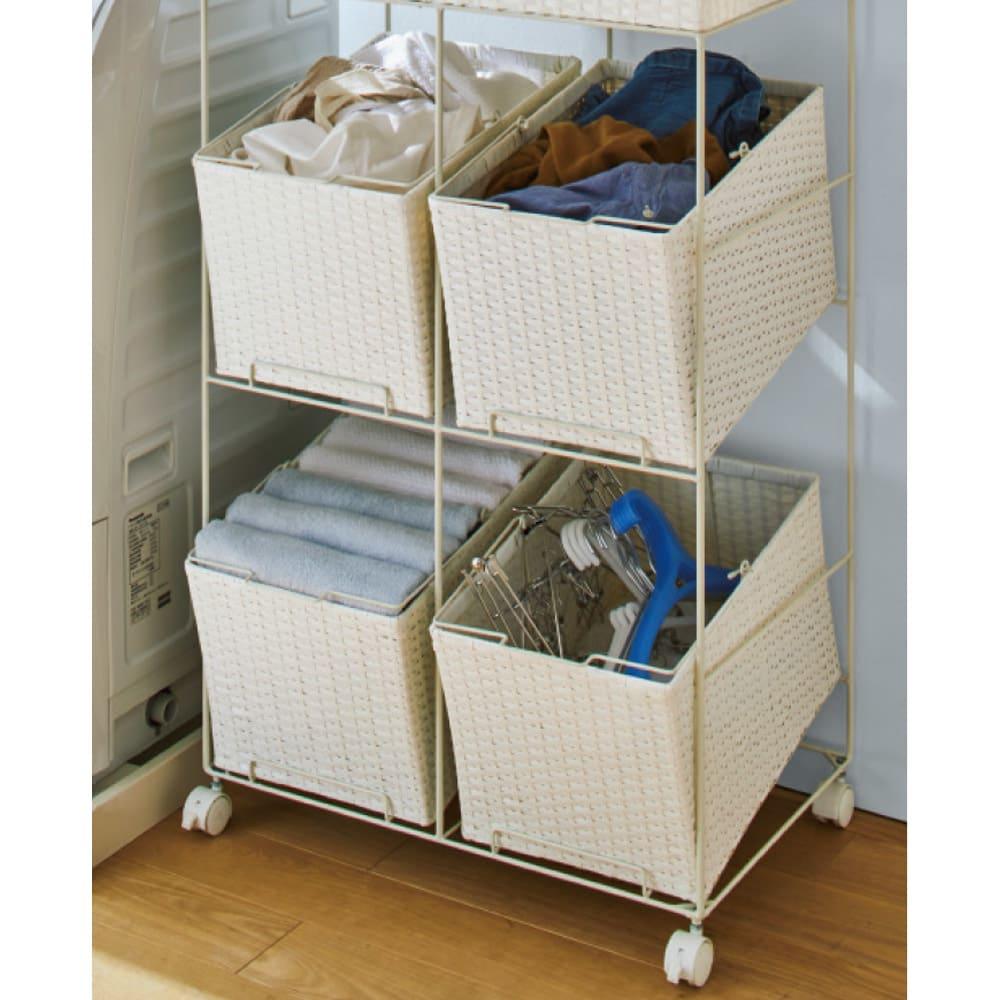 ラタン調サニタリーバスケットワゴン 幅28cm バスケットの使用イメージ。洗濯物の分類だけでなく、洗濯用品の収納にも。
