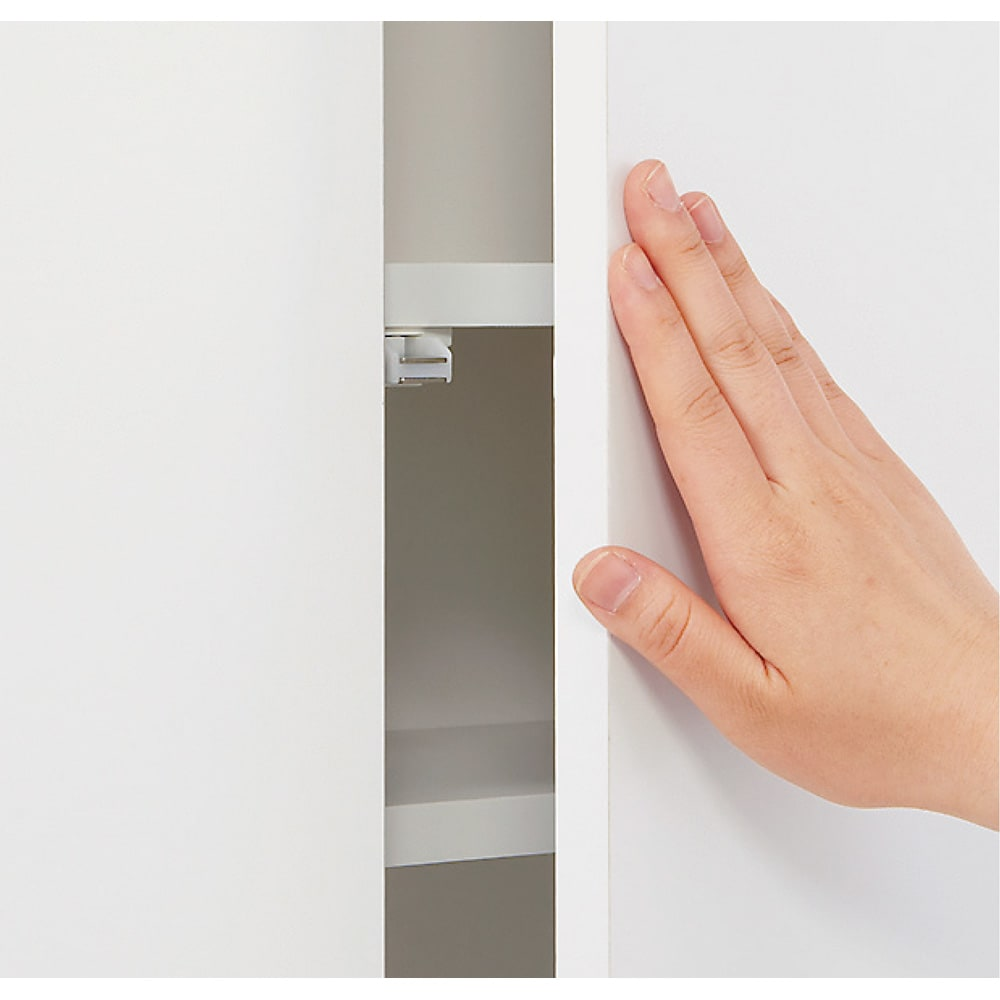 組立不要 天井まで使える薄型サニタリーチェスト 奥行31.5cmタイプ・幅50cm 扉は見た目がすっきりとした取っ手のないプッシュ式。忙しい時も片手で開きます。