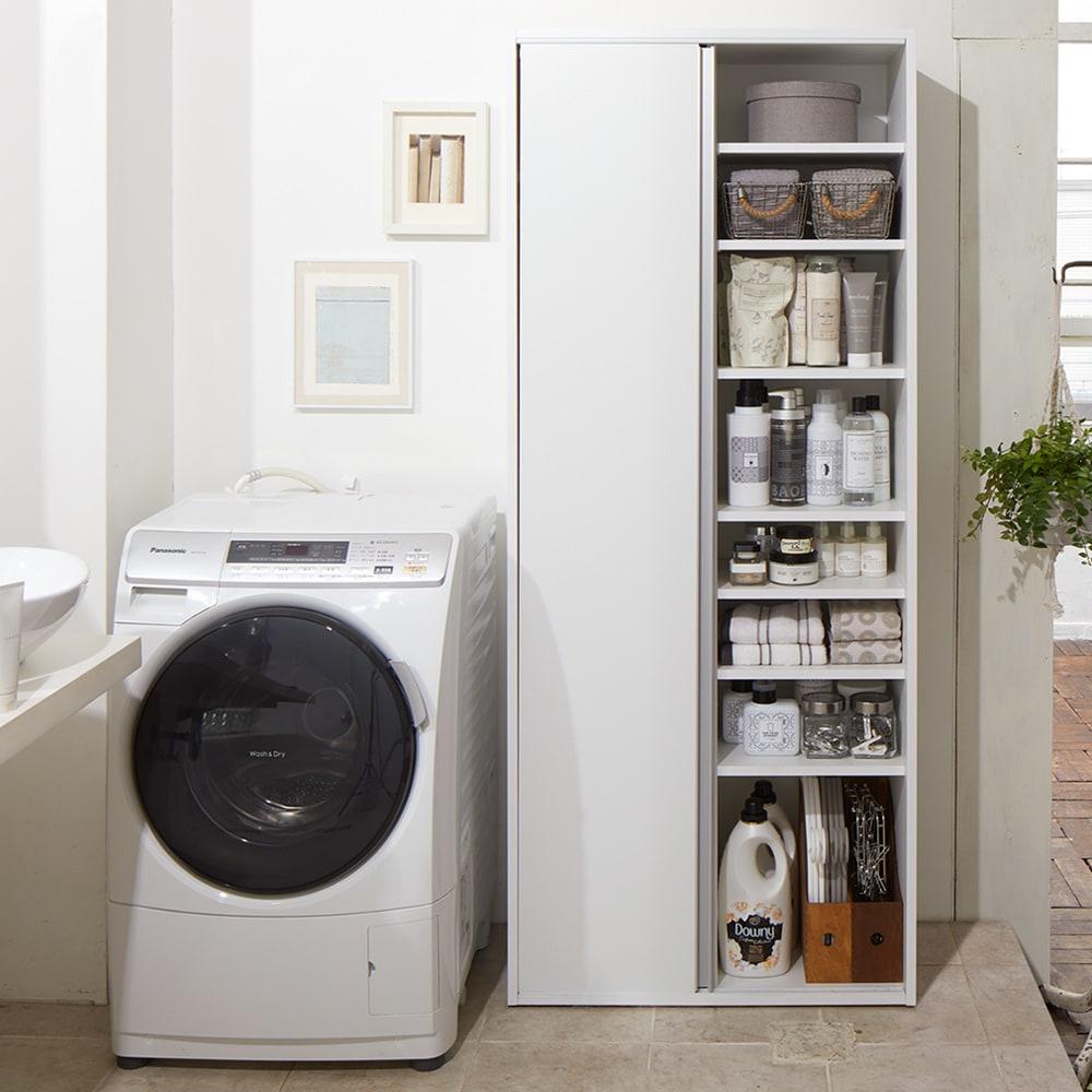 サニタリー片引き戸収納庫 幅75cm 引き戸をスライドすればぎっしり棚収納。可動棚板は3cm間隔で高さ調節可能です。