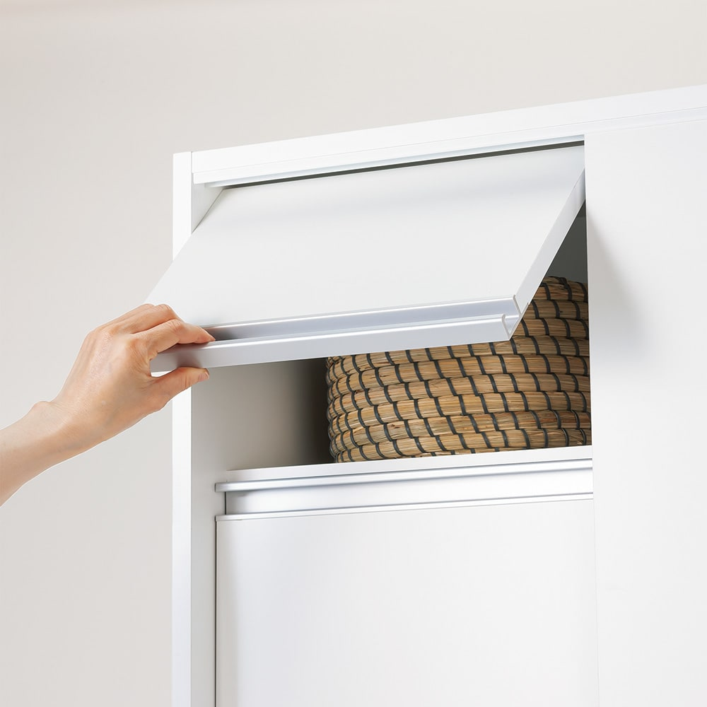 サニタリー片引き戸収納庫 幅75cm 最上段は高い位置でも出し入れしやすいフラップ扉。