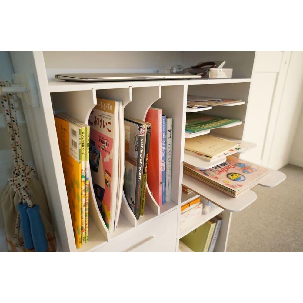 [国産] 塾や習い事の物までひとまとめワゴン(ランドセルラック) 教科書&絵本の収納部。 棚板が丸く加工されているので本を取り出しやすくなっています。