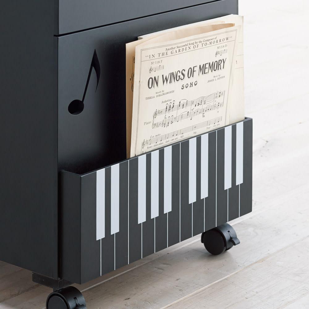 鍵盤柄 ピアノの下にぴったり楽譜キャビネット 頻繁に使う楽譜が楽に取り出せる側面収納付き。
