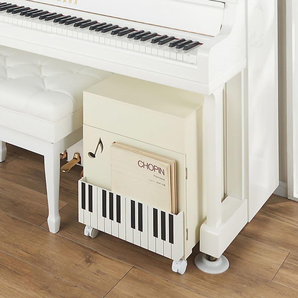 鍵盤柄 ピアノの下にぴったり楽譜キャビネット (イ)ホワイト フタを閉じてピアノ下にすっきり収納。