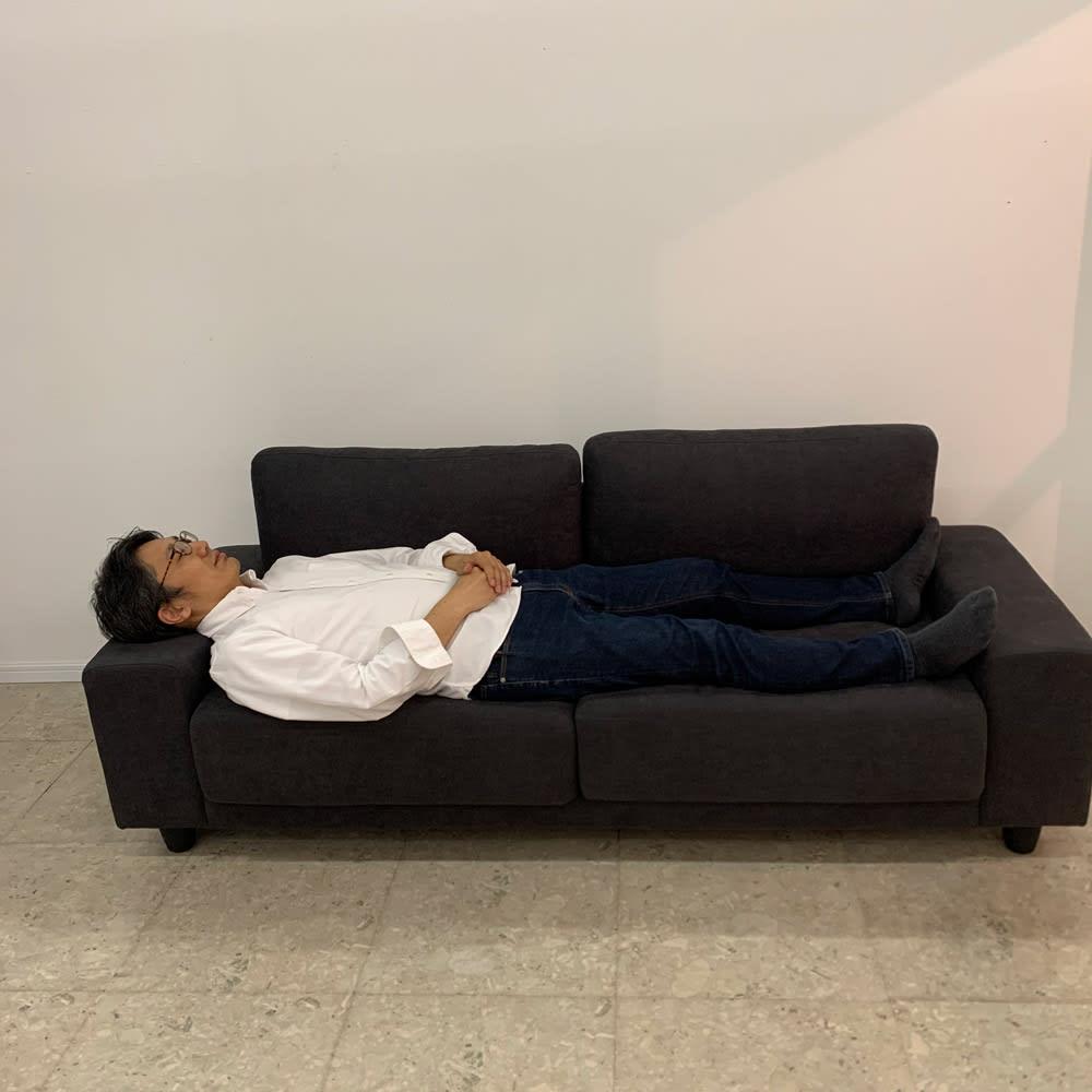 住宅事情を考えた奥行きが狭いソファ 3P 幅196cm 枕としてもちょうどよい高さの肘でお昼寝もできます