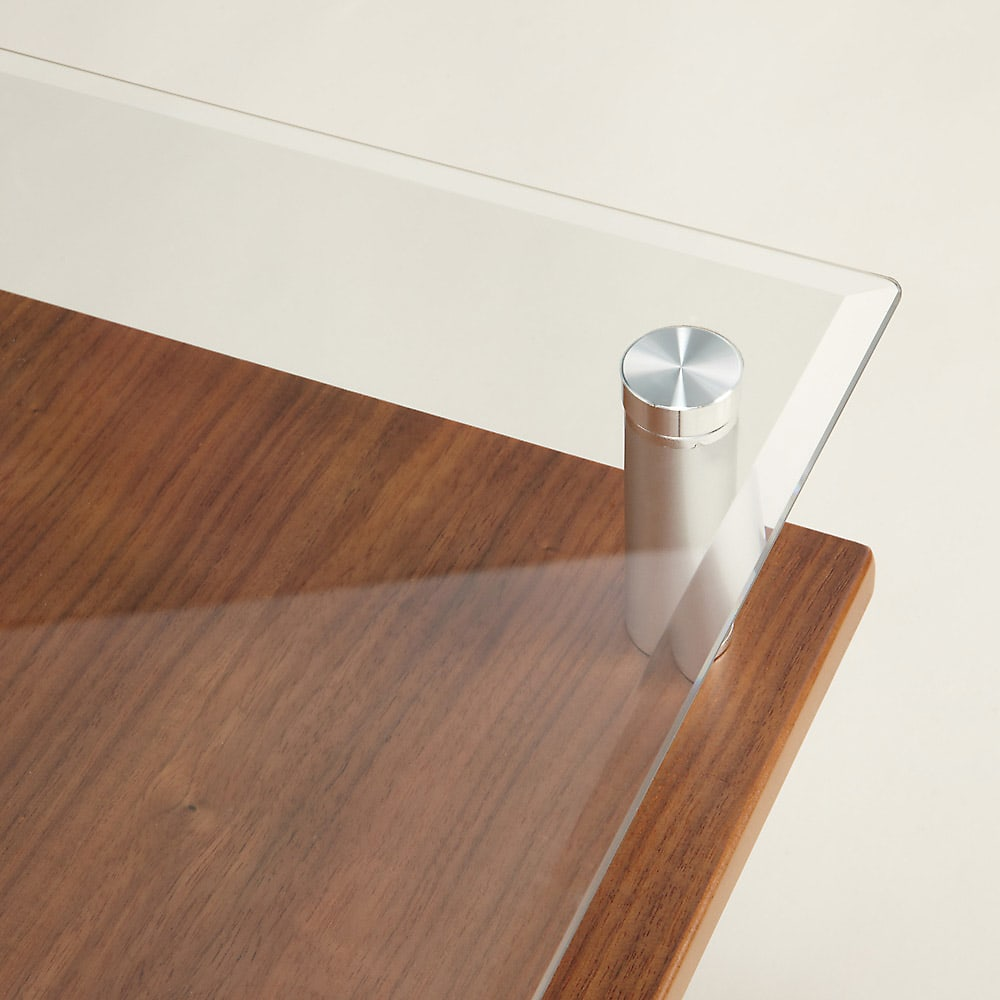 飛散防止フィルム貼りガラス 二重天板昇降式リフティングテーブル 幅102cm 天板は5mmの厚みがある強化ガラスを使用しています。端はひじなどを置いても痛くないように面を取って丸く仕上げています。