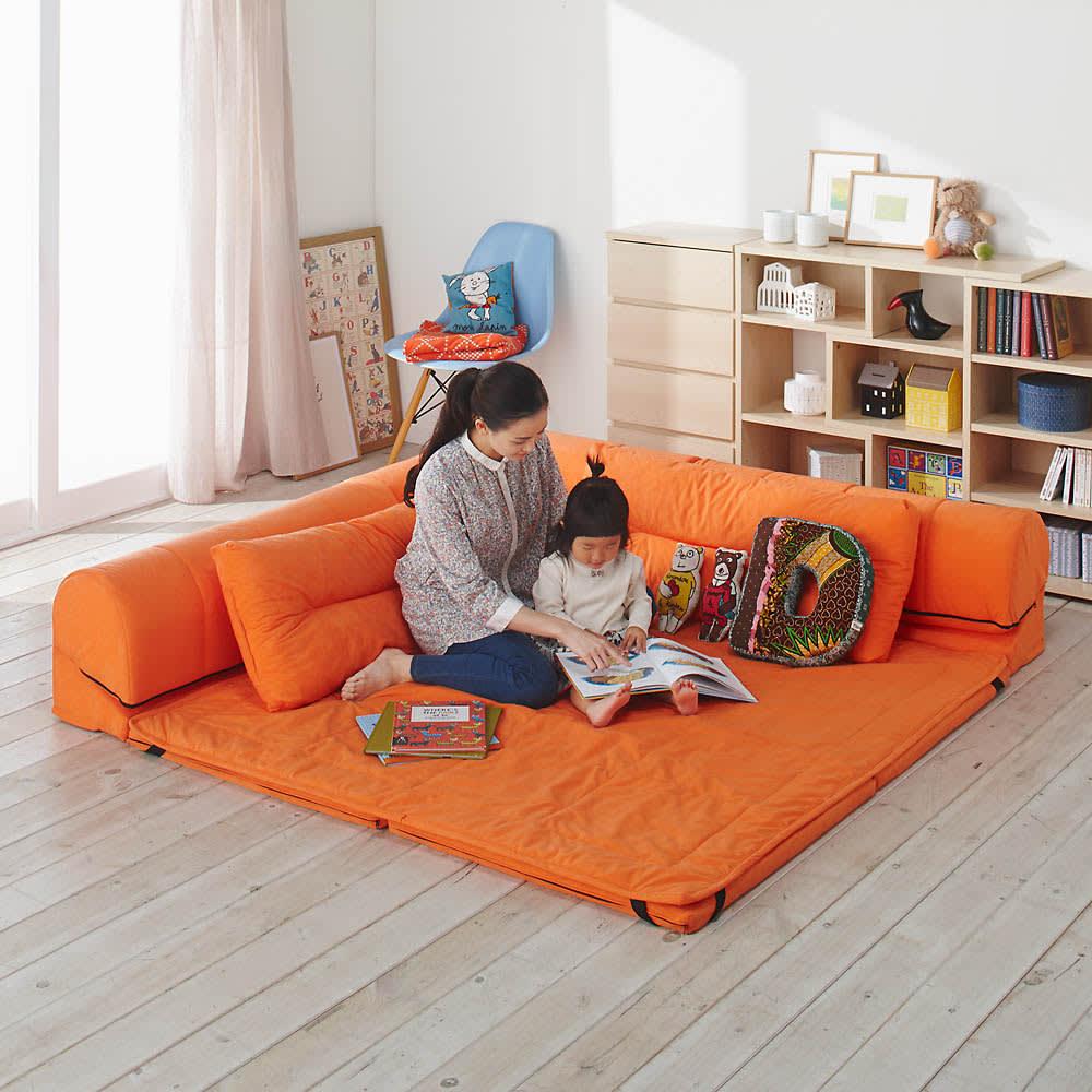 包まれるしあわせのクッション付きごろ寝ソファ 小(142×142cm) (ウ)オレンジ なめらかな肌ざわりのスエード調生地のフロアクッションです。
