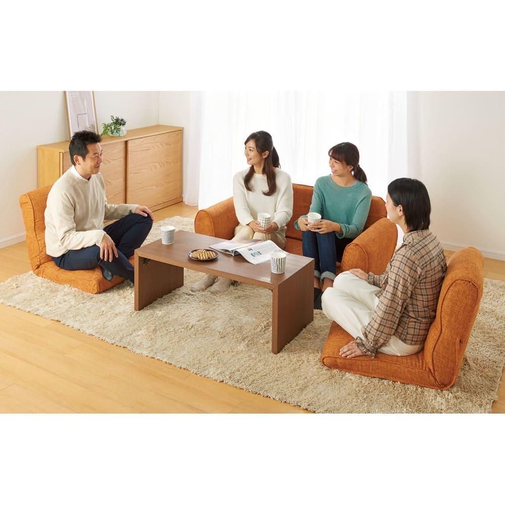 座椅子にもなる!2way省スペースソファ ラブソファ・幅126~167cm (分離時:2人掛け+座椅子2脚)(イ)オレンジ ソファから座椅子が取り外せます。普段は2人掛け、来客時は4人まで対応。