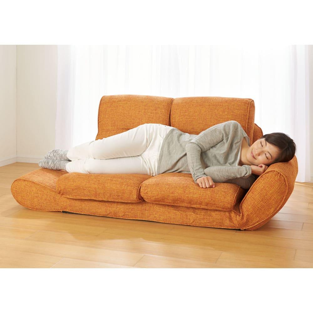 座椅子にもなる!2way省スペースソファ ラブソファ・幅126~167cm リクライニング機能で、ごろ寝など好みのスタイルでくつろげます。