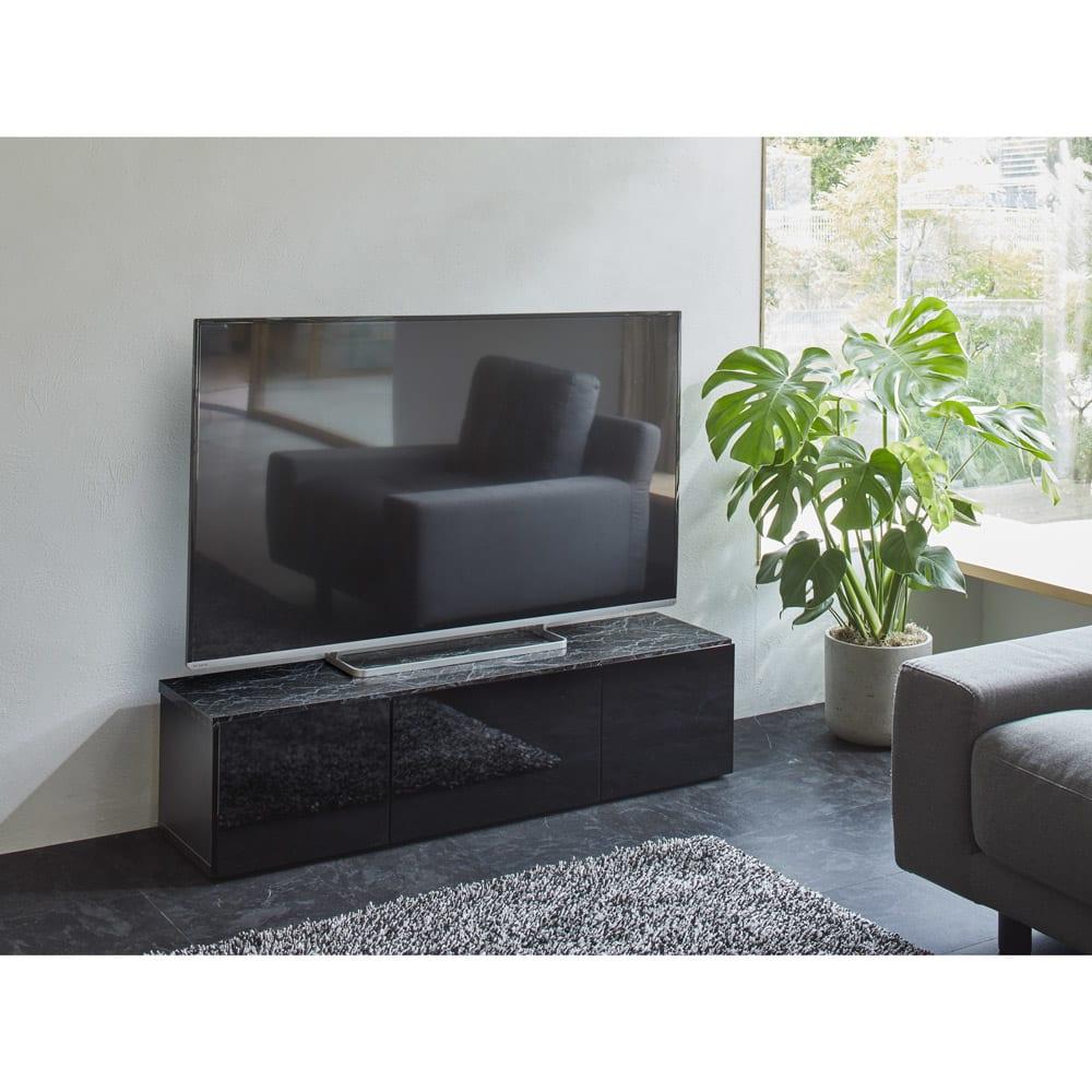大理石調天板アーバンモダンテレビボード 幅180cm 使用イメージ(イ)ブラック 奥行スリムでお部屋がすっきり。 ※写真は幅120cmタイプです。