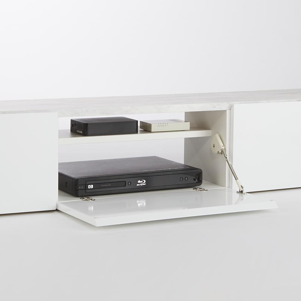大理石調天板アーバンモダンテレビボード 幅180cm 扉内には棚板付きで、物が上下に収納できます。背面はコードの取り回しがしやすいオープン仕様です。デッキ収納部内寸幅57cm 奥行27cm 棚板奥行18cm。