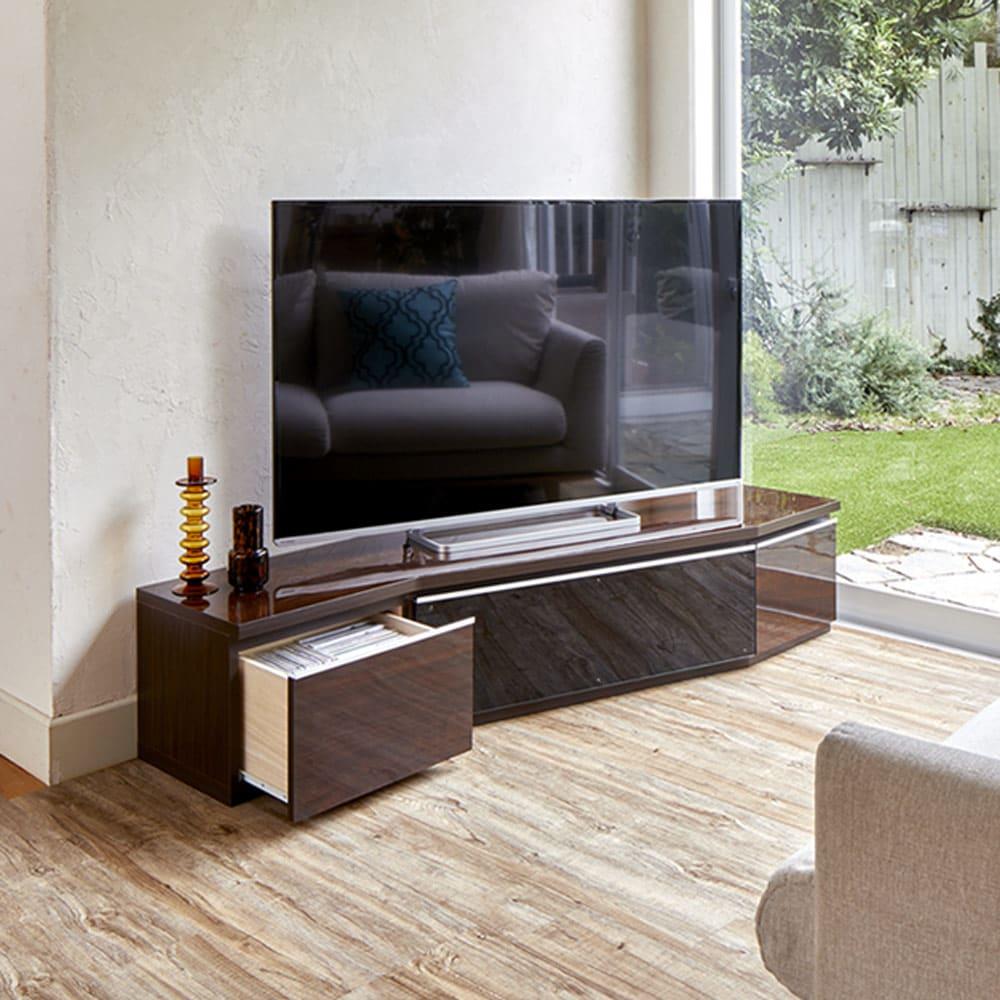 住宅事情を考えたコーナーテレビボード 幅165cm・左コーナー用(左側壁用) 使用イメージ(イ)ダークブラウン 高級感のあるモダンな佇まいです。 ※写真は右コーナー用です。