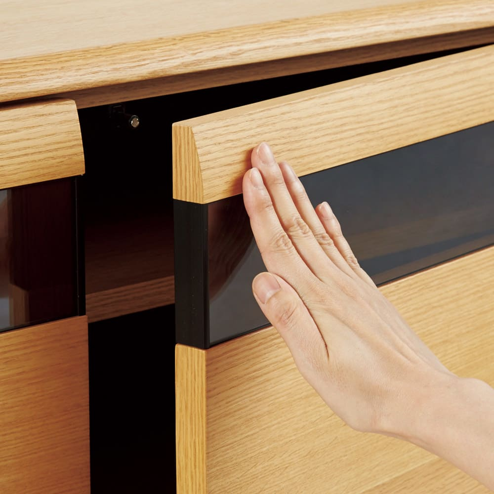 オーク材アールデザインリビングシリーズ テレビ台ハイ 幅120cm 扉は軽く押すだけで簡単に開閉するプッシュ式。