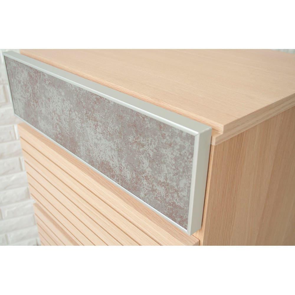 セラミック調ガラスのスタイリッシュチェスト 幅50cm 前板にはアルミの枠を使用しており、細部まで高級感のある仕上がりです。