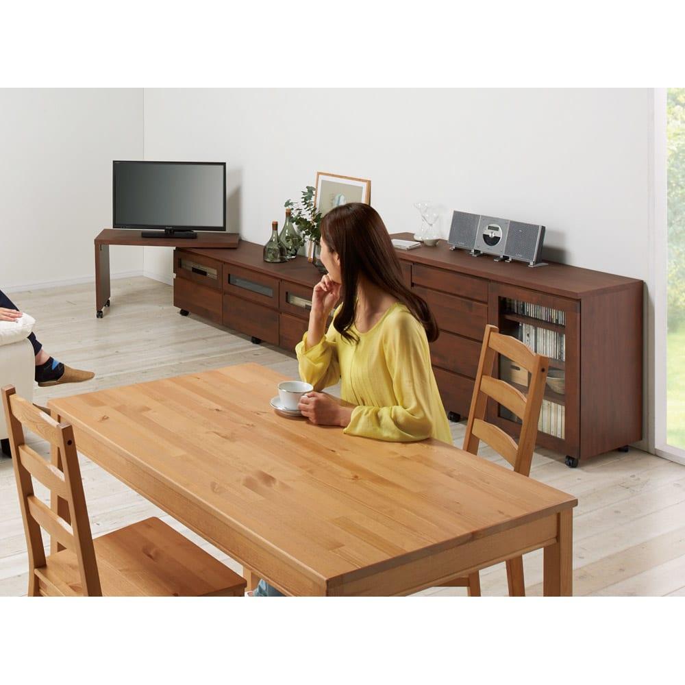 アルダー天然木ユニットボード キャスター付きテレビ台 幅159cm コーディネート例(イ)ダークブラウン ダイニングから。ネストボード(別売り)は左右どちらにも取り付けられ、幅伸縮や角度調整が自在に。