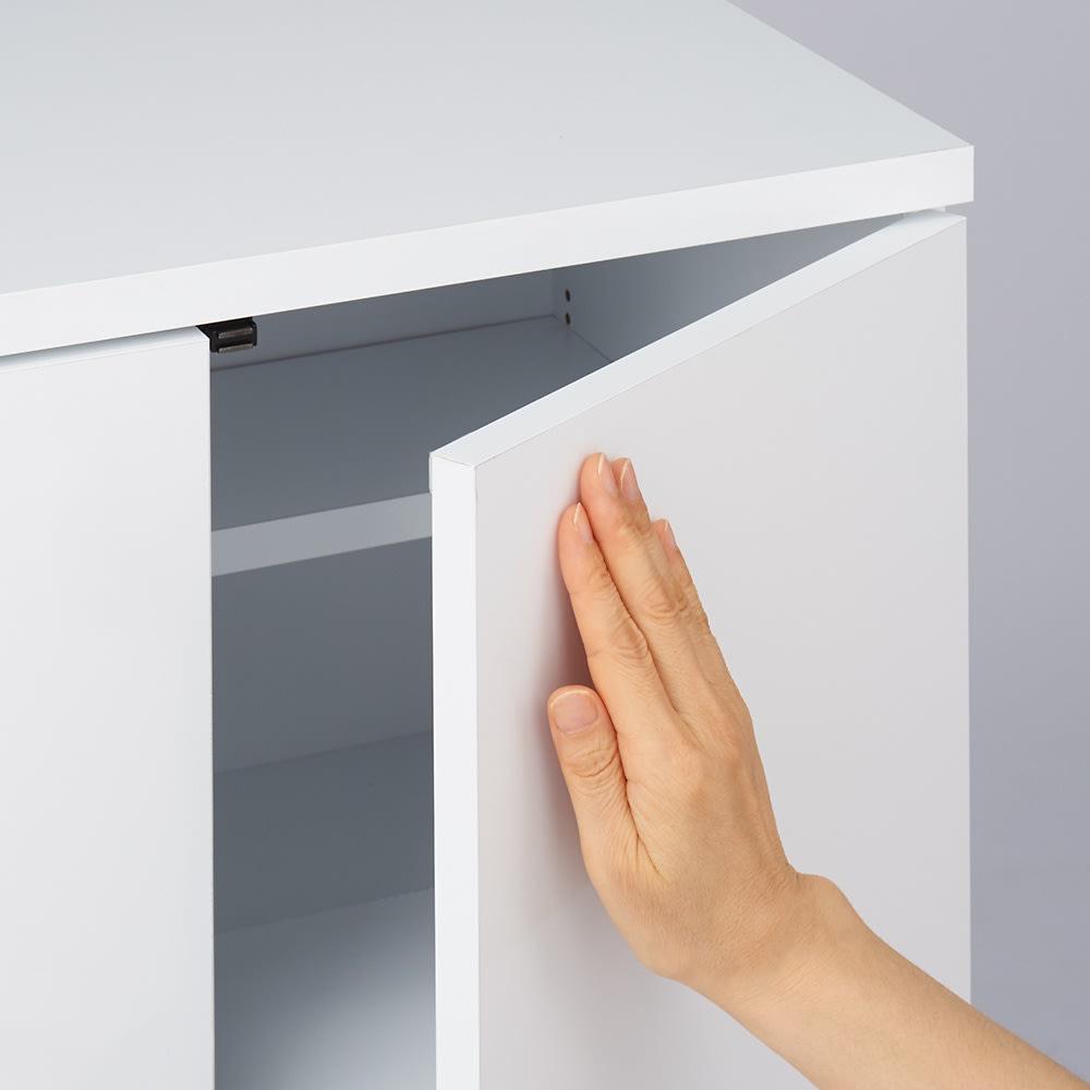 大量収納!頑丈段違いカウンター収納 3枚扉 プッシュ扉なので、軽く押すだけで簡単に扉を開閉できます。
