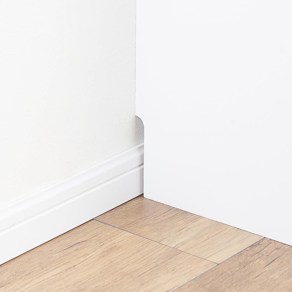 大量収納!頑丈段違いカウンター収納 3枚扉 幅木対応(9×1cm)なので、壁にぴったりつけて設置できます。