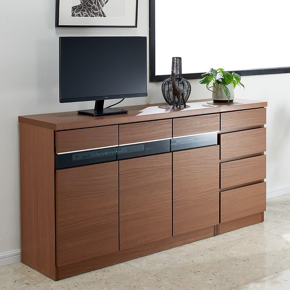 リビングギャラリーシリーズ テレビ台 幅120cm 使用イメージ(イ)ダークブラウン ブラックガラスとアルミ取っ手が、インテリアをモダンに演出します。 ※写真左からテレビ台・幅105cm、チェスト・幅40cmです。