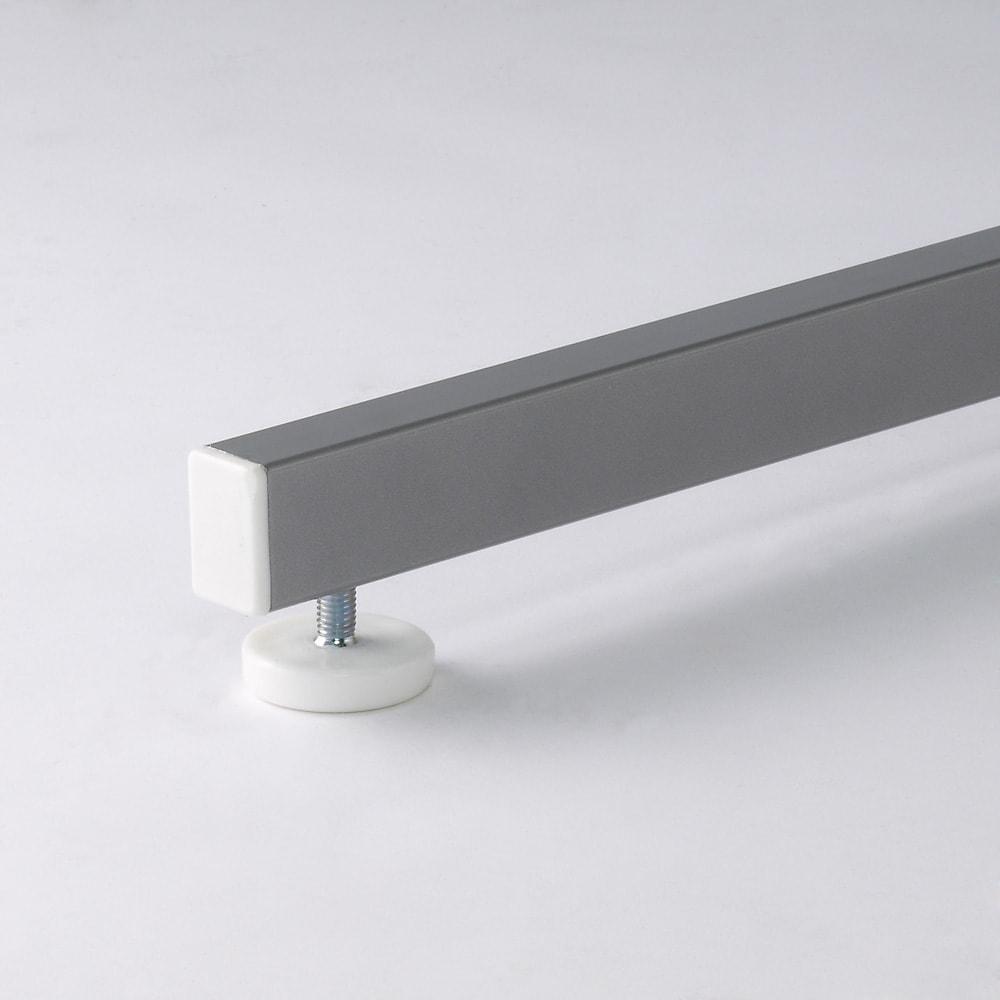 テレビ上の空間を有効活用できる突っ張り式スペースラックコーナー用 幅90cm・2段 脚部アジャスター付き。ぐらつく場合は微調整ができます。